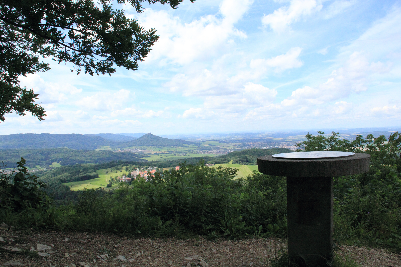 Blick vom Dreifürstenstein nach Westen - im Hintergrund Burg Hohenzollern