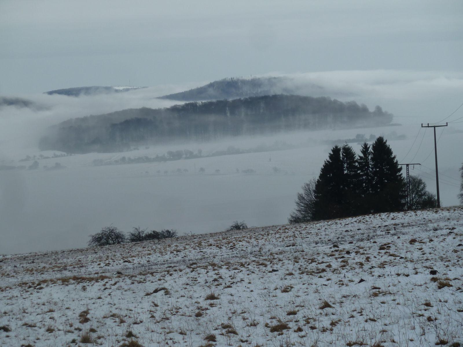 Nebelschwaden über der verschneiten Rhön