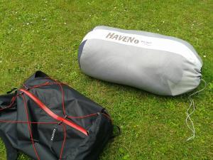 Lagersack für Schlafsack mit wohlbekanntem Rucksack als Größenvergleich