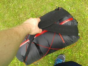Alternative Tragetechnik – bietet sich an, wenn man den Packsach als Zweitgepäckstück dabei hat!